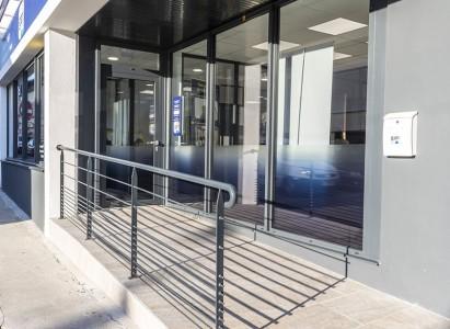 Pose d'une nouvelle vitrine en aluminium pour l'agence Gan à Lesneven (29)